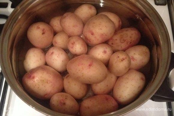 Картофель хорошо промыть, залить водой, посолить, добавить лавровый лист и поставить на огонь вариться до готовности.