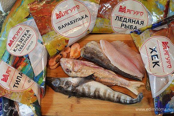 Рыбу и креветки разморозить. В рыбных блюдах я всегда использую продукцию ТМ «Магуро». Продукция ТМ «Магуро» заморожена методом шоковой заморозки, практически не содержит льда и обладает высокими вкусовыми качествами.
