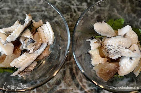 В креманки или бокалы выложить листки зелени, затем слоями разную рыбу.