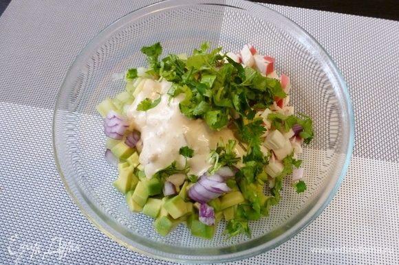 Отправляем заправку в салат. Добавим нарезанной кинзы.