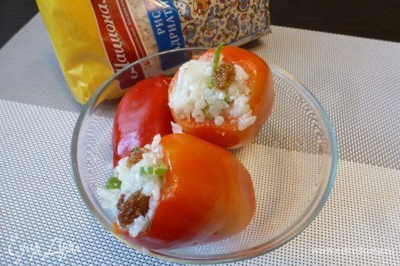 Небольшие сладкие перчики (лучше подобрать удлиненные), почистить от семян. Нафаршировать ароматной рисовой начинкой.