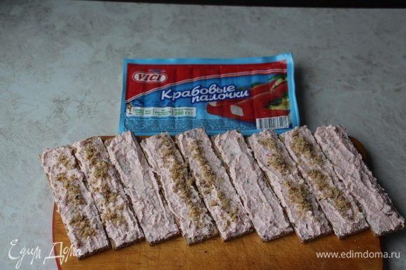 Крабовый паштет намазать на хрустящие хлебцы. 6 штук посыпать грецкими орехами, верхушки будут без орехов.