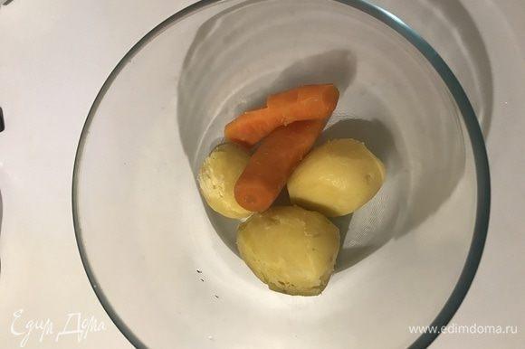 Картофель и морковь очистить.