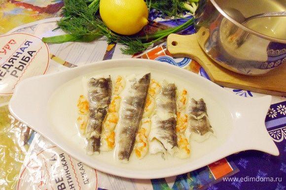 Добавить нарезанные на кусочки креветки. Залить небольшой порцией рыбного бульона.
