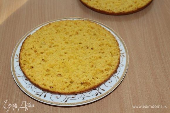 Каждую заготовку для торта остудить и разрезать на 2 коржа.