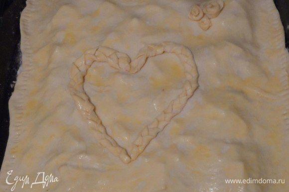Смазываем льезоном всю поверхность пирога и отправляем в предварительно разогретую духовку (150-180°С).