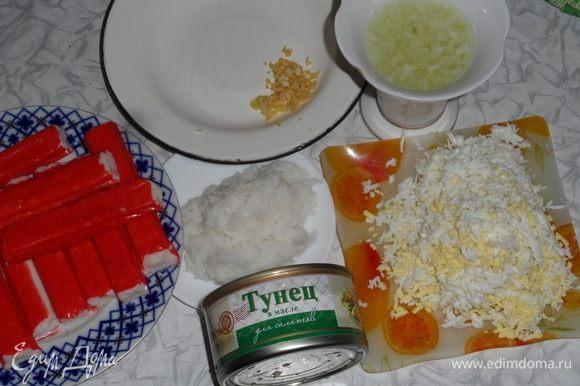 Представленные ингредиенты рассчитаны на 2 вида рулетиков. Легкие и острые. Рис отварить в подсоленой воде. Яйца отварить, натереть на мелкой терке. Лук нарезать кубиком и замочить в теплой воде, чтобы он отдал горечь. Чеснок натереть на мелкой терке или лучше очень мелко порезать. С тунца слить жидкость и размять рыбу.