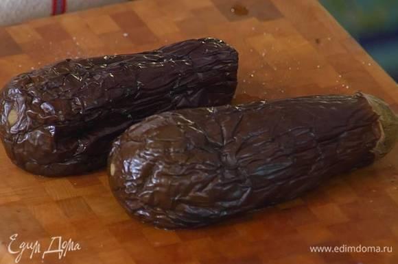 Два баклажана часто наколоть вилкой, выложить на противень, выстеленный бумагой для выпечки, и запекать под разогретым грилем 20 минут.
