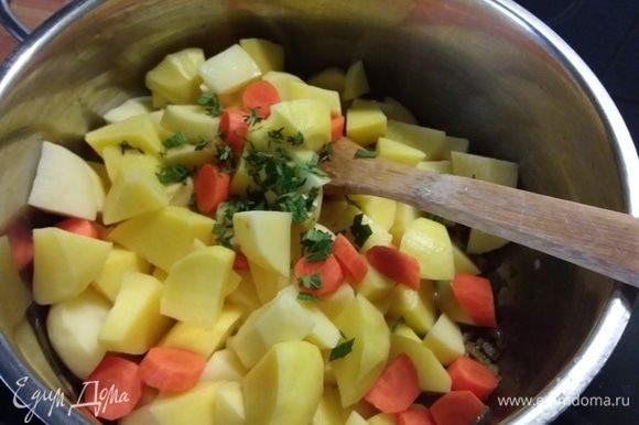 Овощи очистить, лук и чеснок мелко порубить, пассеровать на смеси растительного и сливочного масла. Добавить порезанный кубиком картофель и морковь, добавить листики тимьяна и мелко рубленный шалфей, обжарить вместе в течение нескольких минут.