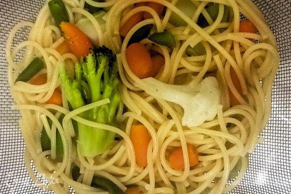 Отварить спагетти и овощи. После этого откинуть в дуршлаг. Морковь карликовая.