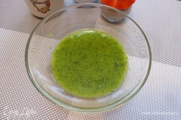 Пробить в блендере вместе с оливковым маслом. Это заправка для салата.