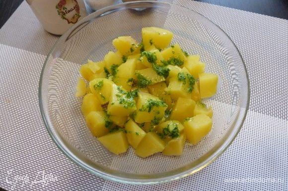 Картофель отварить в мундире, охладить немного и очистить от шкурки. Нарезать крупными кубиками (или как захочется) и залить ароматной заправкой.
