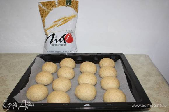 Тесто должно увеличиться в объеме. После этого пеките примерно 25–30 минут в духовке нагретой до 200°С.