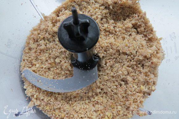 Грецкие орехи измельчить в блендере, можно не очень мелко.