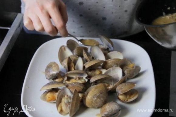 Выложить на сервировочную тарелку, полить соусом.