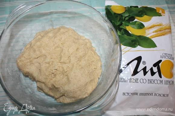 Далее тесто необходимо вымесить руками (руки можно смазать подсолнечным маслом, для удобства работы с тестом).