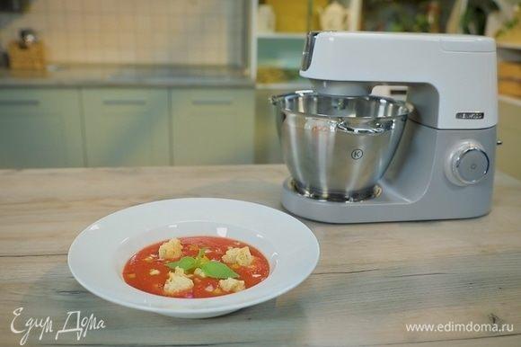 Влейте в небольшую кастрюлю овощное пюре, добавьте томатный сок, белый уксус, оливковое масло, соус табаско, соль и перец по вкусу. Хорошо все перемешайте.