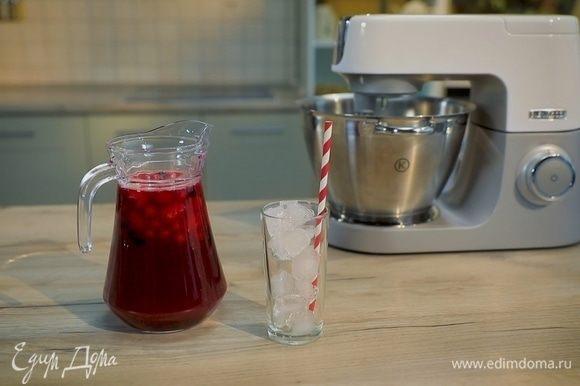 На дно графина выложите целые ягоды. Влейте сироп, лимонный и ягодный соки, хорошо перемешайте. Подавайте лимонад с ягодами и кубиками льда.
