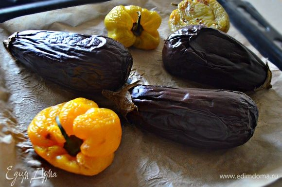 Выложите овощи на противень, выстланный пергаментной бумагой, и запекайте до готовности. Остудите, очистите от кожуры овощи. Перцы лучше положить в целлофан до полного остывания, так шкурка легче снимается.