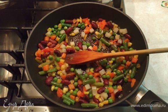 Поставить сковороду на средний огонь. На сковороду налить 1–2 ст. л. оливкового масла, подождать, пока масло прогреется, и высыпать овощи. Обжаривать в течение 3–5 минут.