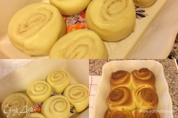 Форму смазать растительным маслом и слегка присыпать мукой. Уложить булочки в форму, накрыть пленкой и оставить в теплом месте на 1,5 часа. Духовку нагреть до 190°С. Выпекать булочки 20–30 минут.