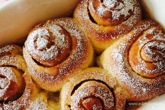 Готовые булочки слегка остудить и посыпать сахарной пудрой.