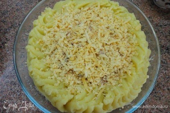 Обильно посыпать тертым сыром. Запекать 15 минут при температуре 200°С.