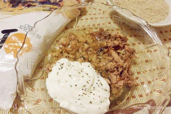 Отделить белки от желтков. В миске соединить консервированного тунца c яичными белками, мягким творогом и пшеничными отрубями. По желанию, можно добавить специи (у меня щепотка специй для рыбы) и соль.