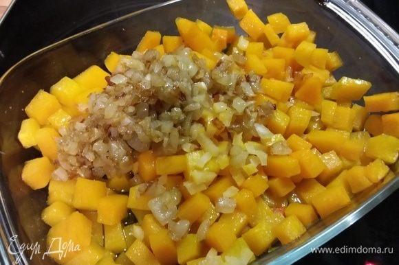 Цедру лимона и его сок добавить к тыкве, также выложить лук вместе с маслом, в котором он жарился.
