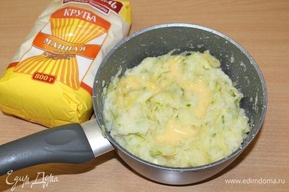 Вбить два яйца. Посолить, поперчить по вкусу.