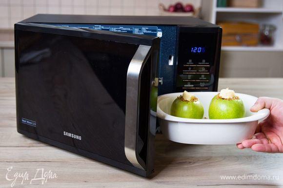 Запекайте яблоки в микроволновой печи с грилем Samsung MW3500K при мощности 800 Вт в течение 8 минут до готовности. Перед подачей яблоки немного остудите.