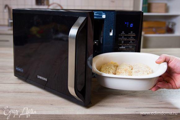 Запекайте куриные рулетики в микроволновой печи с грилем Samsung MW3500K при мощности 800 Вт в течение 25 минут.