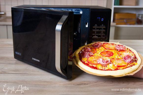 Выпекайте пиццу в микроволновой печи с грилем Samsung MW3500K при мощности 800 Вт 15 минут.