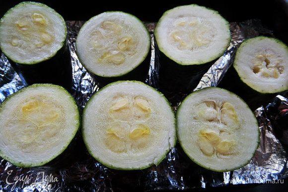 Постелить в форме фольгу, смазать ее оливковым маслом и примерить цукини.