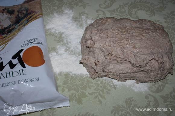 Затем тесто следует аккуратно выложить на присыпанный мукой стол. Сформировать булочки хлеба.