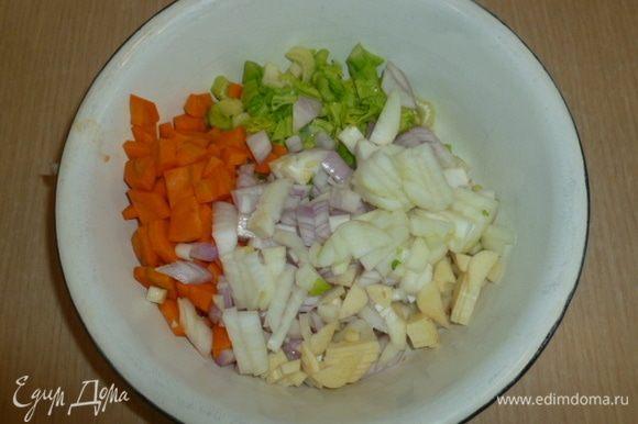 Сельдерей, морковь, чеснок и лук нарезать.