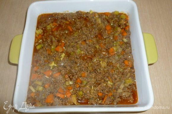 На дно формы выложить мясной соус.
