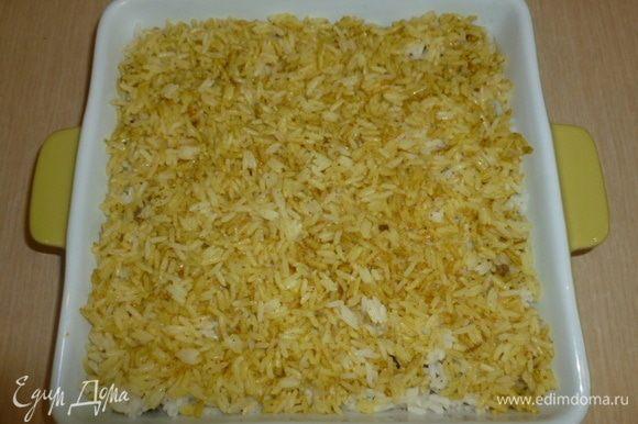 Затем выложить простой рис, а сверху - рис со специями. Поставить в духовку 200°C на 25-30 минут.