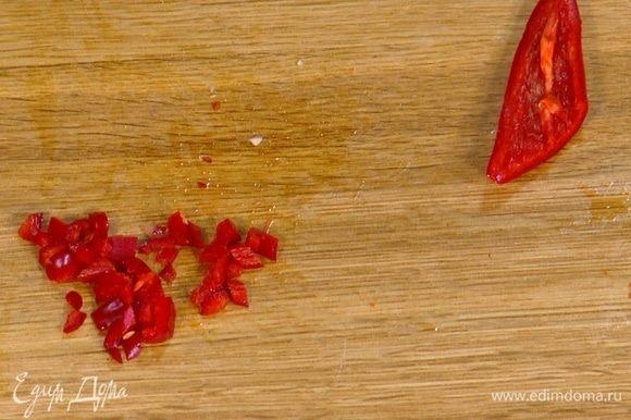 Перец чили очень мелко нарезать.