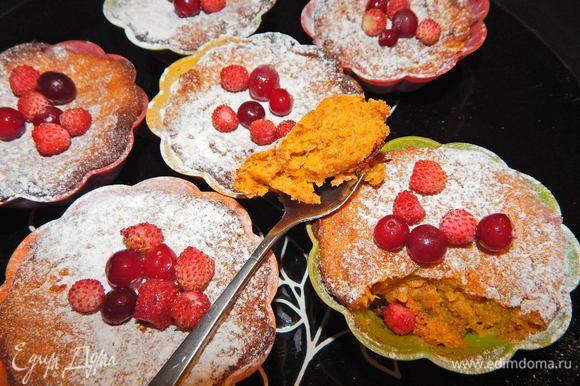 Кексы остудить, присыпать через ситечко сахарной пудрой и украсить ягодами. Приятного чаепития!