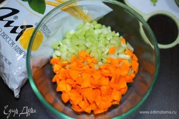 При желании все ингредиенты можно натереть на терке или порубить в комбайне. Но мне больше нравятся кубики.