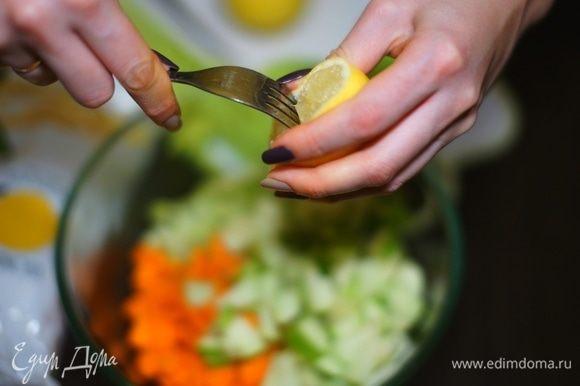 С помощью вилки добываем сок лимона. Им необходимо сбрызнуть яблоки, чтобы они не потемнели, а салат сохранил свои краски.