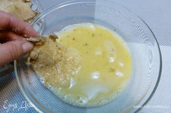 Вешенки, как все грибы довольно водянистые, поэтому я сначала их хорошо обваливаю в сухарях и оставляю немного (минут 5) полежать, чтобы крошки впитали влагу. Затем обмакиваю в разболтанные яйца.