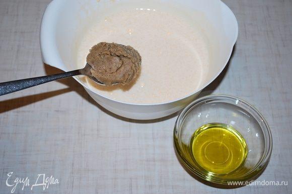 К взбитым яйцам добавляем пасту грецкого ореха, оливковое масло и все вместе перемешиваем. Пасту грецкого ореха можно сделать дома, перемолов орехи блендером.