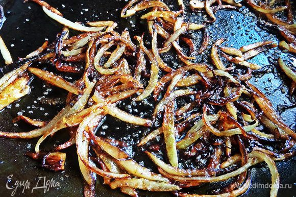 Когда хорошо зажарится, влить соевый соус и добавить коричневый сахар. Еще держать на огне до хруста лука, и пока соус не испарится.