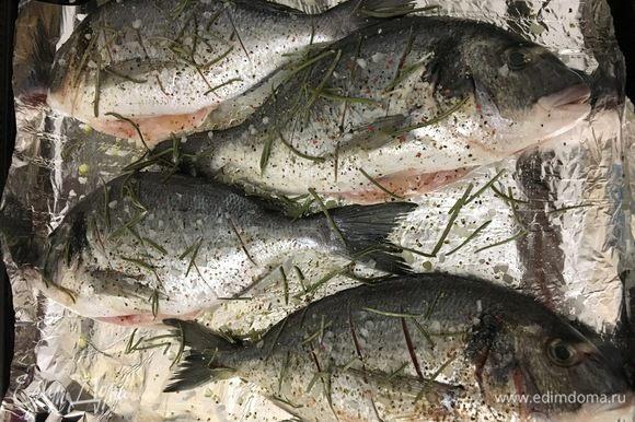 Рыбу солим, перчим, приправляем розмарином, поливаем соком лимона и отправляем в духовку, разогретую до 180°С, на 30 минут.