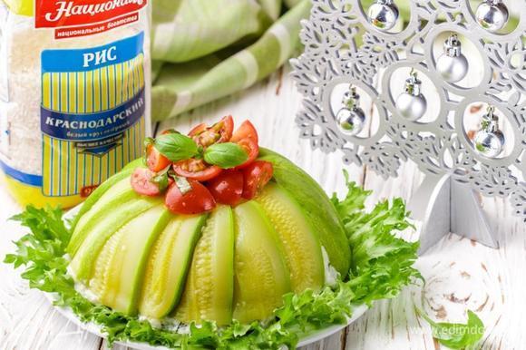 На блюдо выложить салатные листья, на листья перевернуть купол. Сверху выложить салат из томатов, украсить базиликом и подавать. Приятного аппетита!