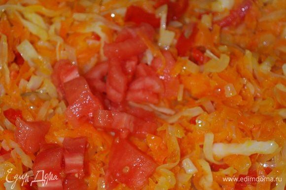 Минут через семь добавим свежие порезанные помидоры, с них я убрала шкурку. Тушим до мягкости капусты.