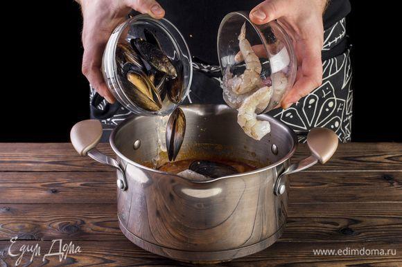Добавьте предварительно размороженные креветки и мидии. Можно использовать и другие морепродукты.