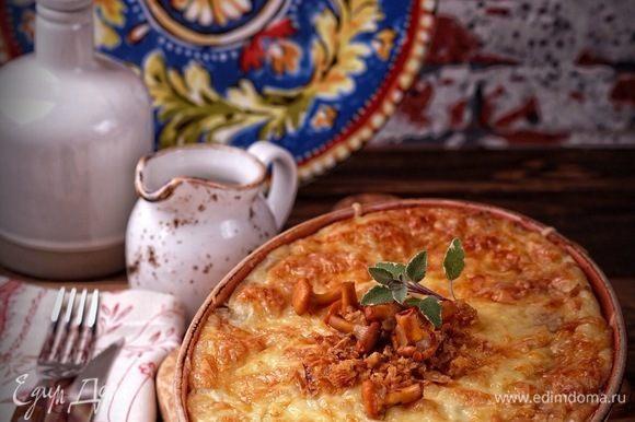 Поставить запеканку в хорошо разогретую духовку и запекать до образования аппетитной румяной корочки (примерно 30 минут).
